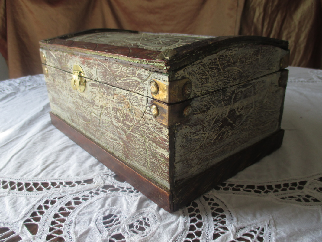 Upcycling a wooden box with paint Thinking outside of the Box www.theboondocksblog.com