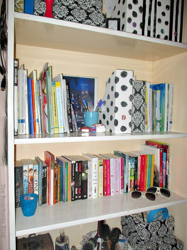 Black and White Bookcase www.theboondocksblog.com