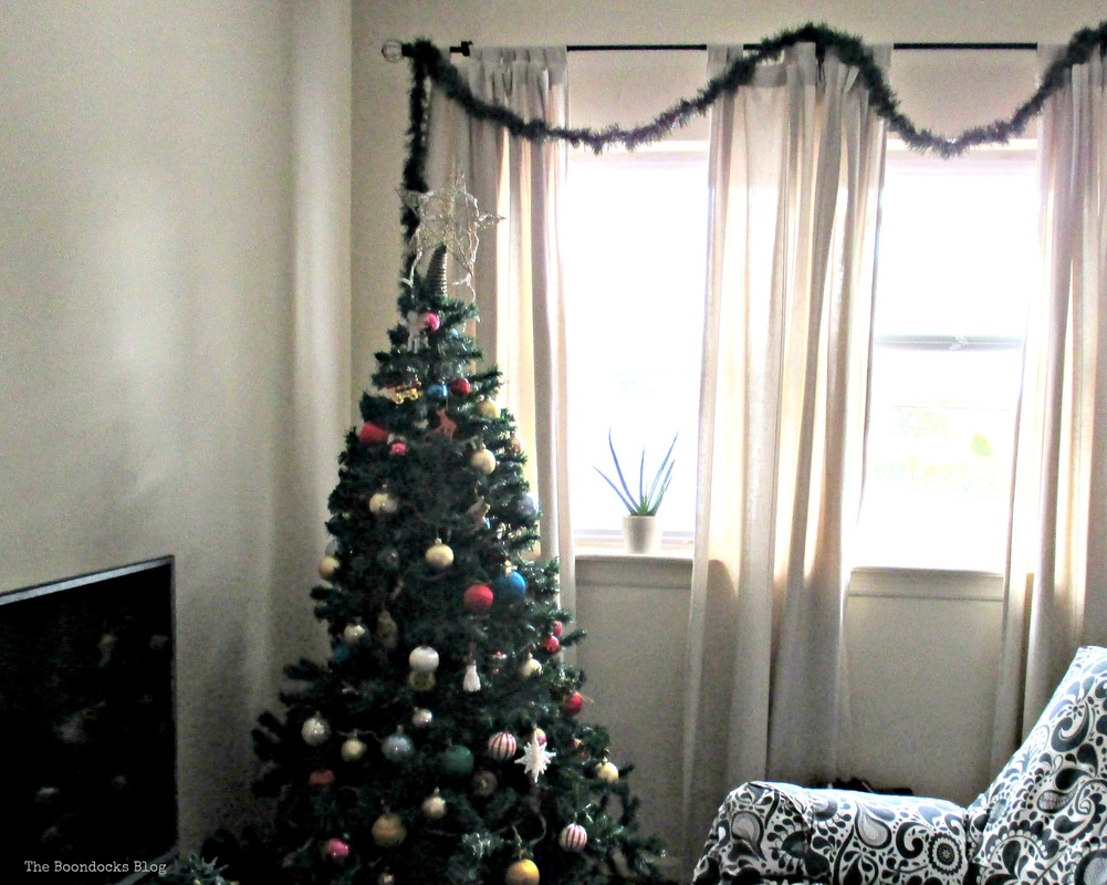 Christmas tree with blank wall - The Boondocks Blog