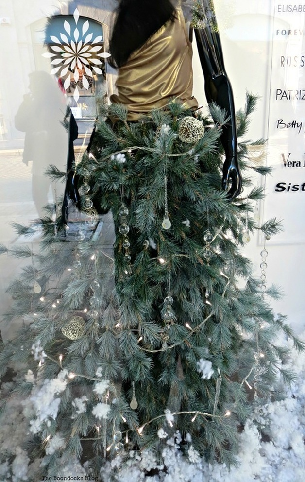 A tree as skirt, Chritmas in the heart of the city - the boondocks blog
