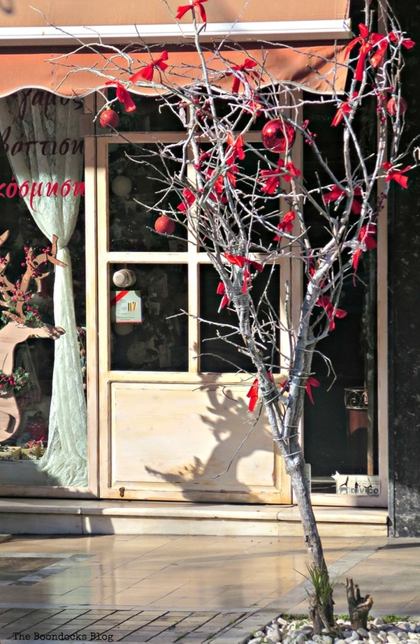 A tree with red bows, Christmastime in the heart of the city - the boondocks blog