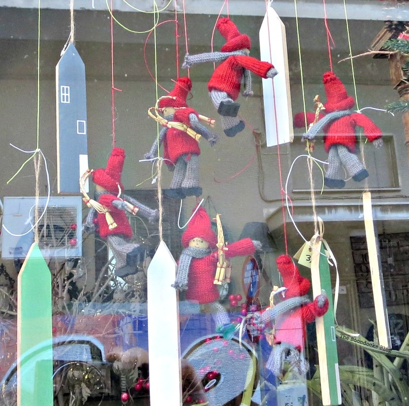 Red elf window display, Christmas in the heart of the city - the boodocks blog