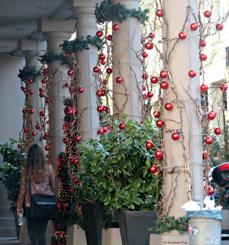 Ornaments around the buliding columns, Christmas in the heart of the city - the boondocks blog