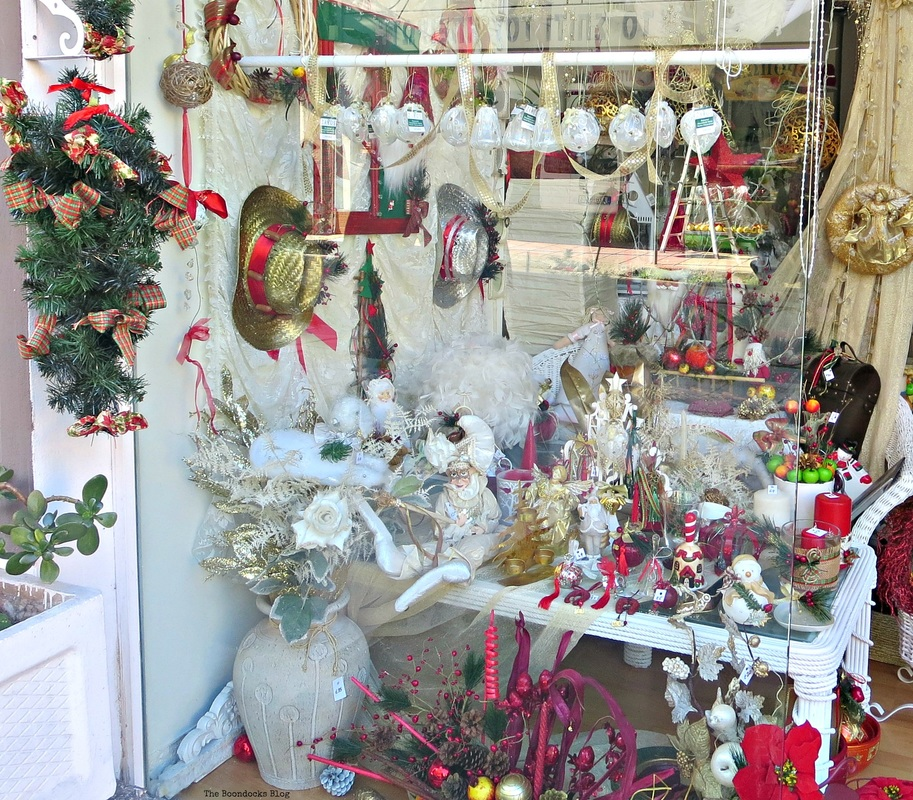 Display window filled with ornaments, Christmas in the heart of the city - the boondocks blog