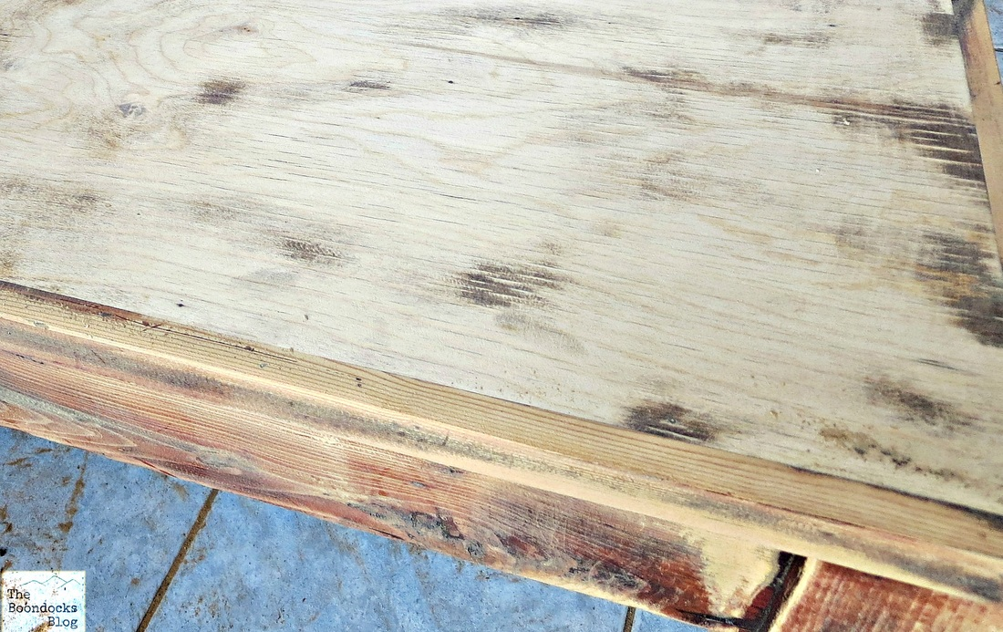Difference of wood in table top and side, The accidental Tri-colored Table - The Boondocks blog