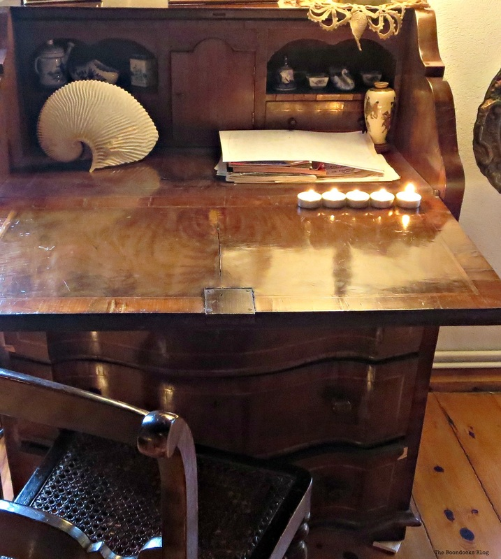 An old w ooden desk, A house full of tresures - the Boondocks blog