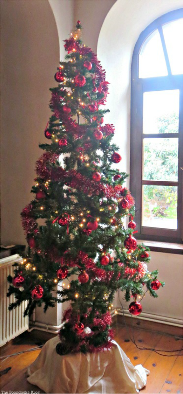 Christas tree decorated with red , A house full of treasures - the Boondocks blog