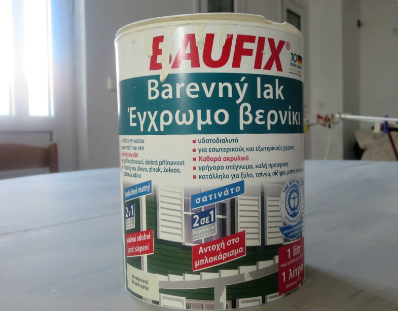 paint can of white paint with instructions written in Greek.