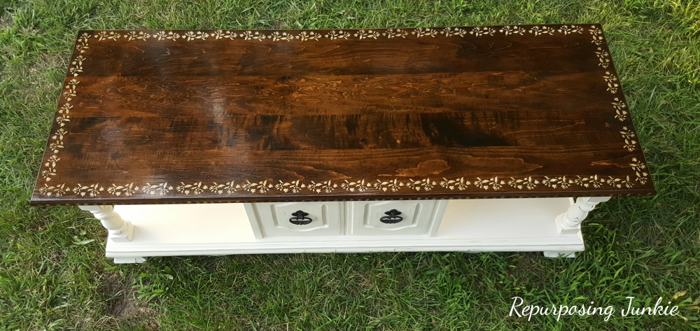The grain of the wood shines through, a guest post from Repurposing Junkie, Curbside Coffee Table Makeover www.theboondocksblog.com