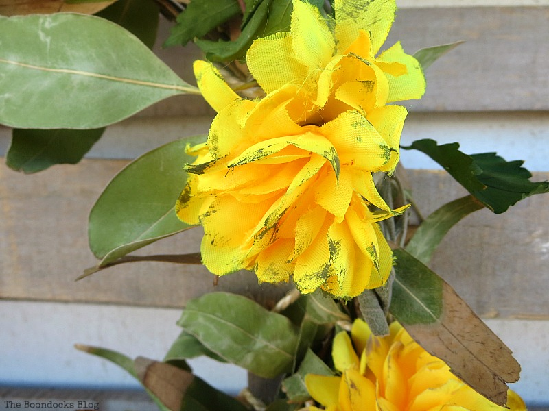 Paint brush strokes onto flowers, Easy Fall Wreath Int'l Bloggers Club www.theboondocksblog.com