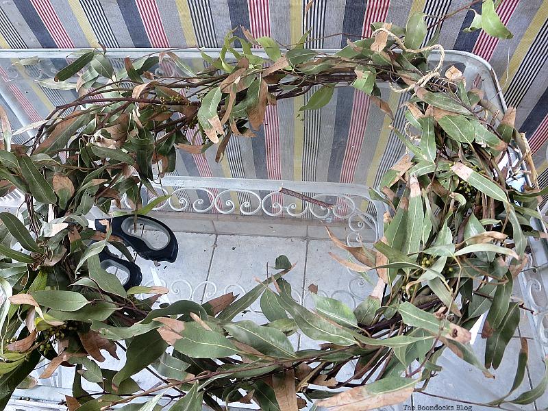 Making a circular shape, Easy Fall Wreath Int'l Bloggers Club www.theboondocksblog.com