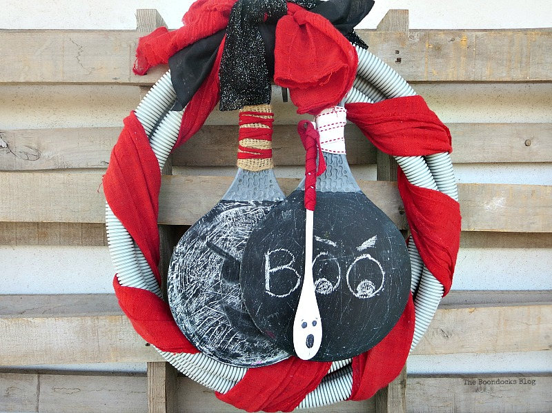 A unique tube Halloween wreath, How to make a fun tube Halloween Wreath www.theboondocksblog.com