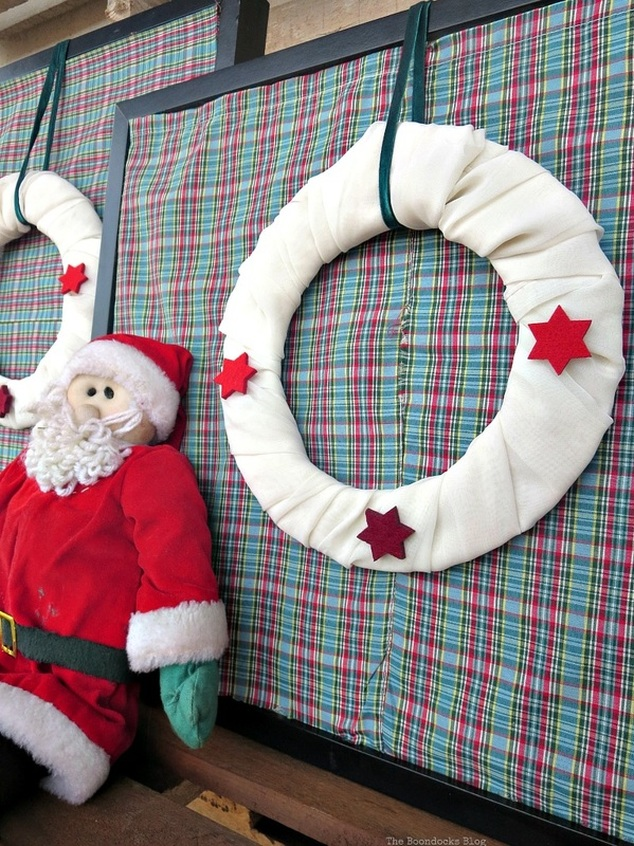 Santa with the picture frames, Christmas Picture Frames with Wreaths the Lazy Way www.theboondocksblog.com