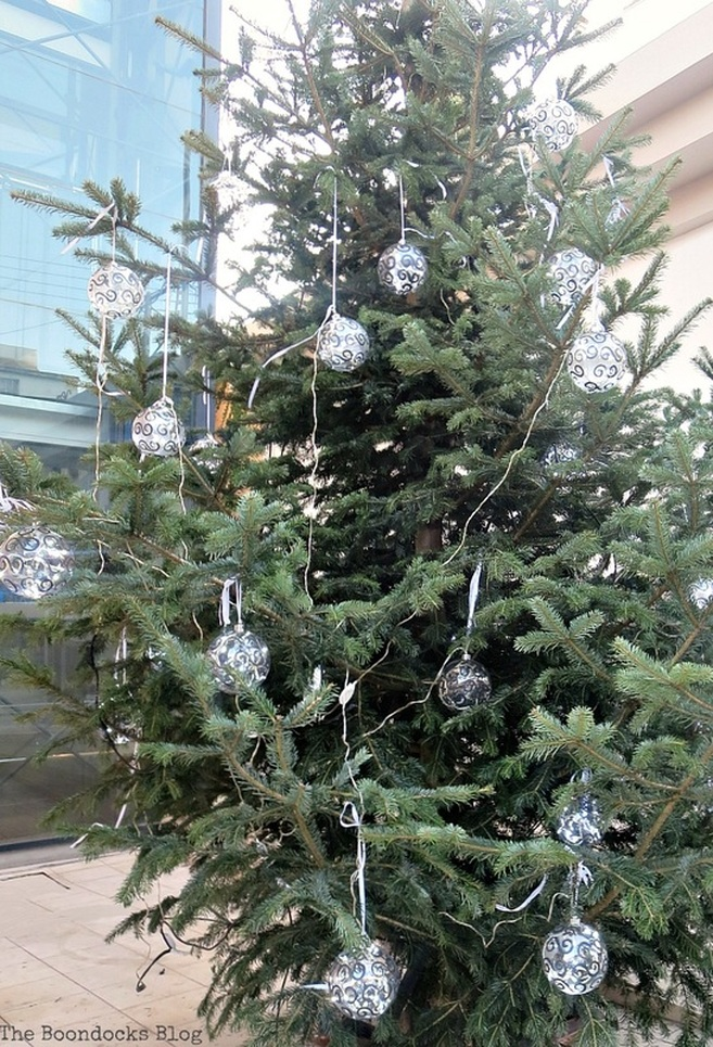 A Christmas tree in the town, Christmas Traditions in Greece, Int'l Bloggers Club www.theboondocksblog.com