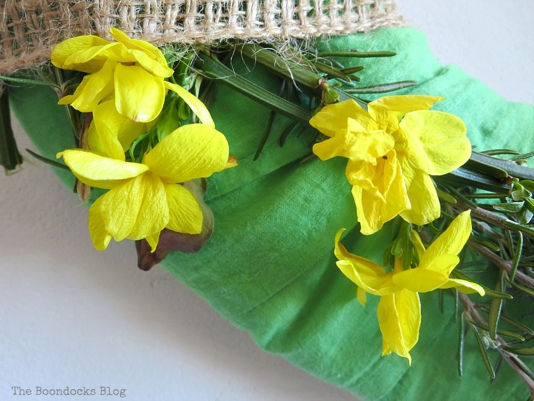 adding yellow flowers, How to Make a Green Wreath for Spring www.theboondocksblog.com