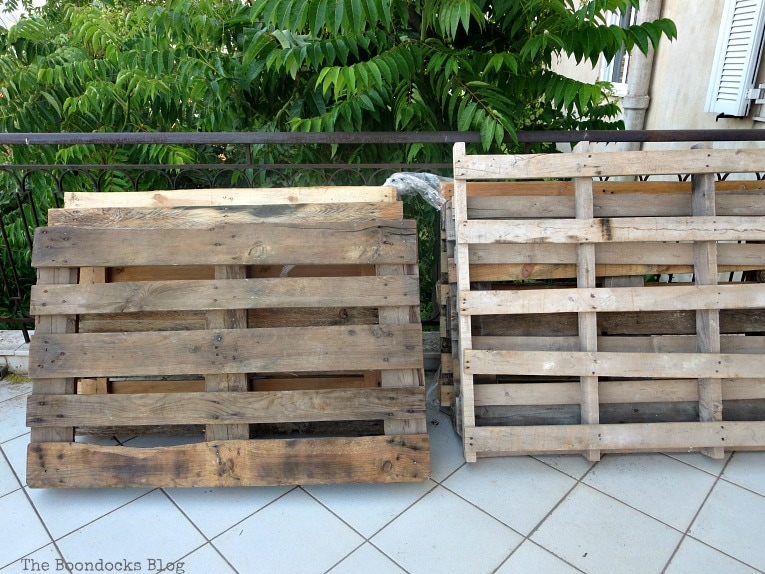 Pallets. Quickly Make a Super Easy Pallet Couch www.theboondocksblog.com