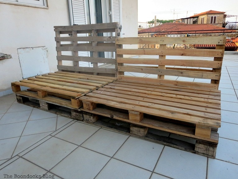 Pallets placed as a couch would look, Quickly Make a Super Easy Pallet Couch www.theboondocksblog.com
