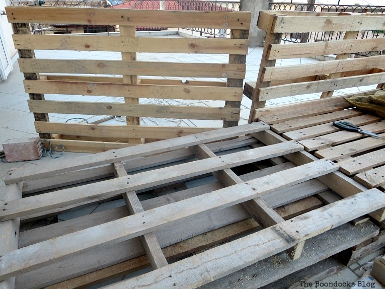 switching the pallets around, Quickly Make a Super Easy Pallet Couch www.theboondocksblog.com