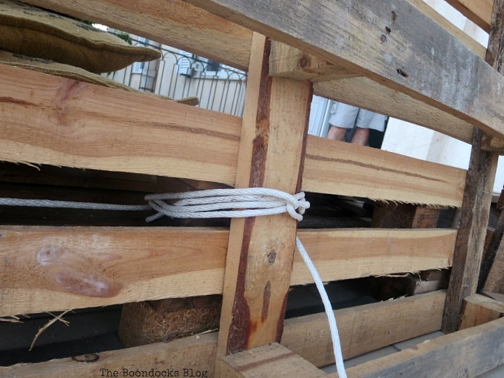 tying the pallets together to form a backrest, Quickly Make a Super Easy Pallet Couch www.theboondocksblog.com
