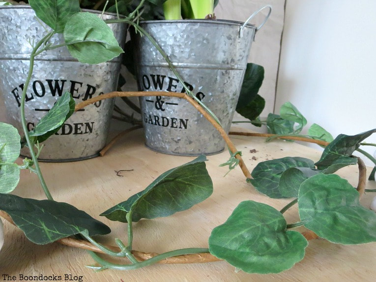 faux vine, How to Fake A Green Thumb with this Planter Box Idea, www.theboondocksblog.com