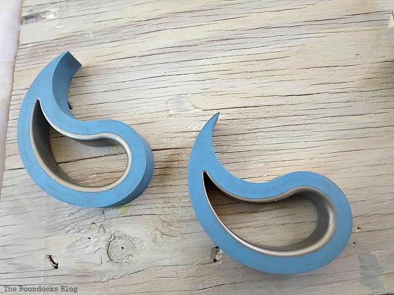 two doorstops, Seaside Art from a hidden treasure in the dresser / www.theboondocksblog.com