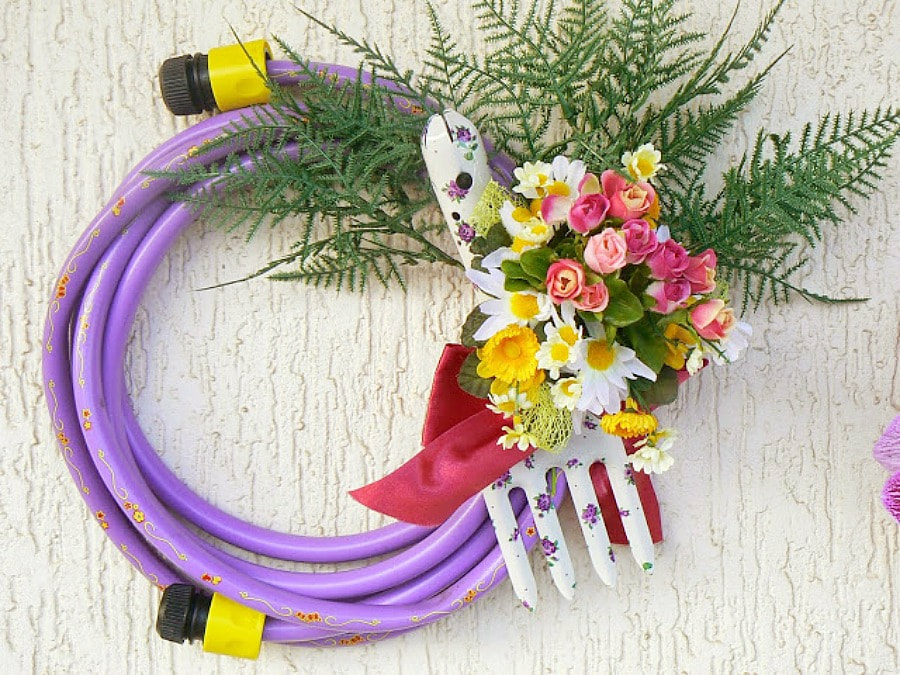 Garden hose spring wreath, 35 Easy Spring Ideas to Inspire You www.theboondocksblog.com